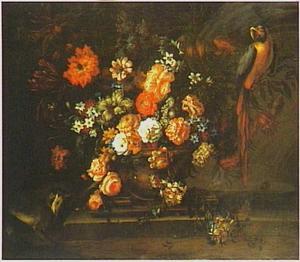 Stilleven van anjers, roze en witte rozen, tulpen, seringen, narcissen en andere bloemen in een urn op een stenen richel met een aapje en een papegaai
