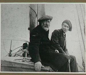 Portret van de schilders Jozef en Isaac Israels aan boord van de zeilboot de Lady Bird