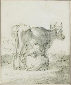 Boerin melkt een koe in weiland