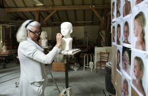 Tony van de Vorst aan het werk in haar atelier