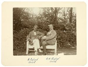A. Roland Holst en R.N. Roland Holst op een bank