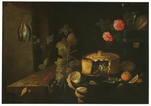 Stilleven met een roemer, gebak, een citroen en vruchten op een gedrapeerde tafel met links hangende dode vogeltjes