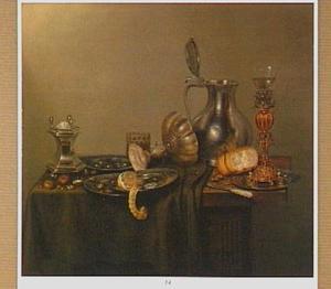 Stilleven met noten, olijven, een citroen, een stuk brood en siervaatwerk op een houten tafel