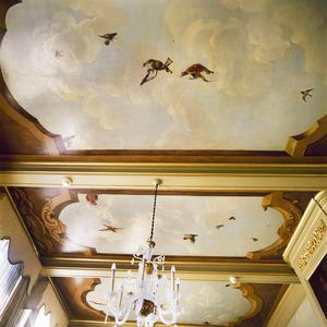 Plafond beschilderd met wolkenlucht en vogels