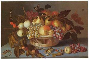 Vruchten in en rond een rieten mand, met een hagedis, op een stenen plint