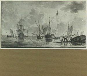 Schepen voor een kust op kalm water, rechts figuren die een schip kalefateren