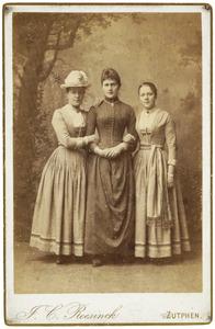 Portret van Johanna Catharina van Benthem (1863-1906), Eduarda Berendina van Benthem (1865-1955) en Anna Sophia van Benthem (1865-1952)