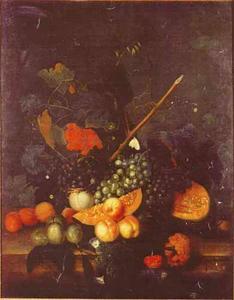 Stilleven van vruchten en bloemen op een balustrade tegen de achtergrond van een landschap