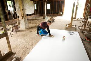 Marc Mulders werkend in zijn atelier