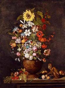 Bloemen in een siervaas, vruchten en een aap, op een stenen plint