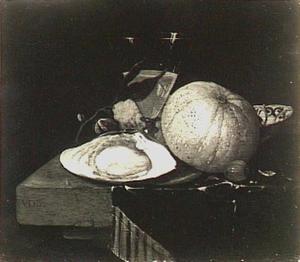 Stilleven met oester, sinaasappel, wijnglas en hazelnoot op een donker kleed