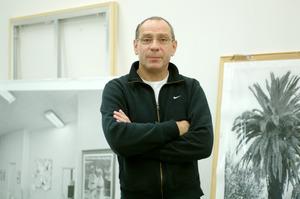 Portret van Berend Strik in zijn atelier
