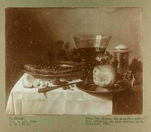 Ontbijtje met haring en konische roemer