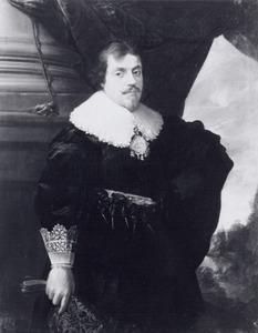 Portret van een man met een paar geborduurde handschoenen in de rechterhand