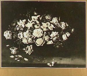 Bloemstilleven met rozen in een schaal