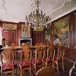 Raadzaal in rococo-stijl met betimmering voorzien van allegorische schilderingen, twee schoorstenen en een stucplafond