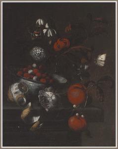 Stillleven met een vaas met bloemen, een porseleinen kom met vruchten, een geschilde citroen, clementines en vlinders op een stenen blad
