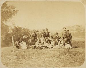 Kunstenaars, waaronder Fridolin Becker,  H.J. van der Weele en Martinus Liernur aan een picknick op Deckersduin bij Den Haag