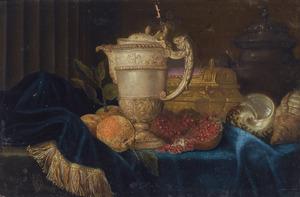 Stilleven met een vergulde schenkkan, een vergulde juwelenkistje, schelpen, sinaasappelen en een granaatappel, gearrangeerd op een gedeeltelijk gedrapeerde stenen richel