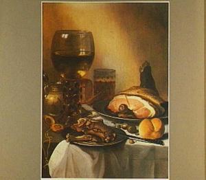 Stilleven met ham, roemer met wijn, horloge en mosterdpot