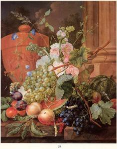 Vruchten en bloemen bij een terracotta vaas, op een marmeren blad voor een paar zuilen