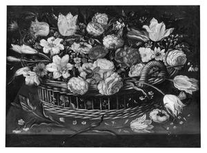 Stilleven van bloemen in een rieten mand