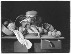 Stilleven met keukengerei, groenten en een geplukte kip