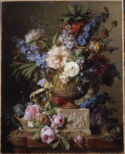 Bloemen in een marmeren vaas en rondom een blok met een relief