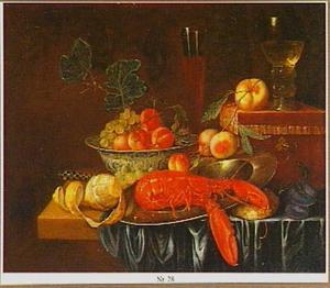 Stilleven met kreeft en diverse schalen met vruchten