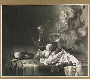Stilleven met tinnen kan en bord, roemer, vruchten en een horloge op een donker kleed met wit servet