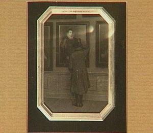 Een kunstliefhebber die een schilderij van Willem van Oranje bekijkt