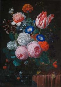 Bloemen en een tak met bramen in een glazen vaas op een deels bedekte stenen plint