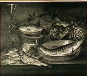 Visstilleven met links een venetiaans wijnglas en rechts artisjokken en selderij