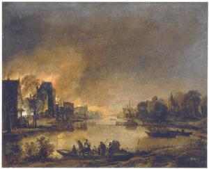 Rivierlandschap bij nacht met gezicht op een brandende stad