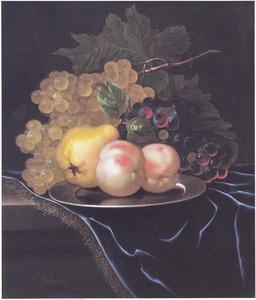 Silleven van vruchten op een tafel met een blauw kleed met franje