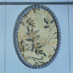 Los stukje geschilderd behang met bloemenpatroon