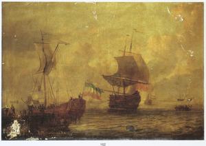 Zeegezicht met aanmerend statenjacht, op de voorgrond een roeiboot met zeelui, een fregat en andere schepen op zee