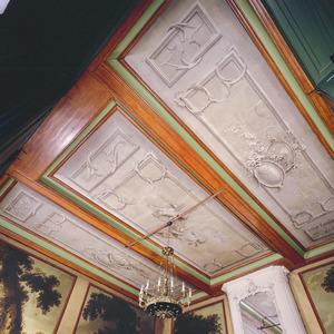Driedelig plafond met grisailleschilderingen