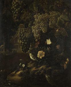 Bosstilleven met druiven; rechts een doorkijk naar water met een bootje en twee mannen
