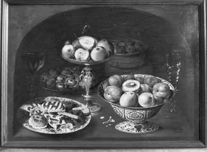 Stilleven met vruchten, suikerwerk en wijn, in een nis