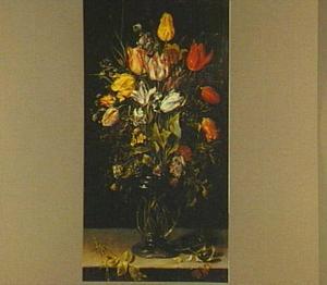 Stilleven van tulpen en andere bloemen in een glazen vaas op een stenen plint met een libelle en twee vlinders