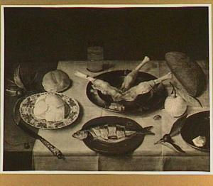 Stilleven van haring, vlees, vruchten, boter en brood