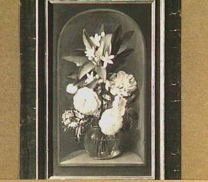 Bloemstilleven in een glazen vaas in een nis