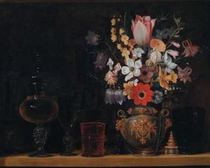 Stilleven met een boeket bloemen en een glazen bokalen