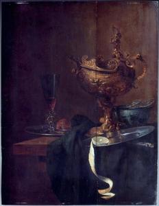 Stilleven met porceleinen kom, wijnglas, tinnen borden en een verguld-zilveren bokaal