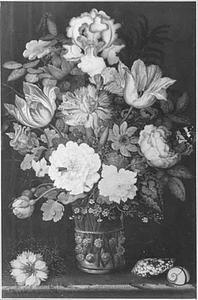 Bloemen in een glazen beker op een stenen plint