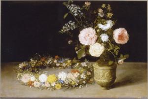 Bloemenkrans, liggend naast een kruik met bloemen