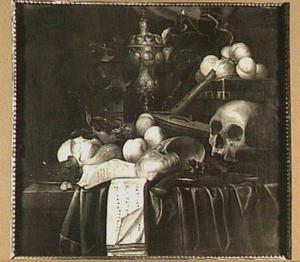 Vanitasstilleven met schedel, vruchten en pronkbeker op een tafel