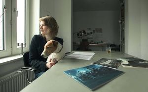 Portret van Charlotte Dumas met haar hond