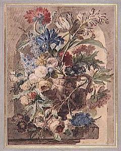 Bloemstilleven in een vaas, versierd met putti, op een piëdestal in een nis